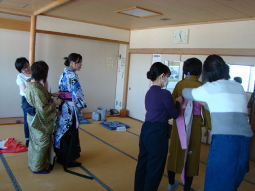 写真:袴の着付け講座風景1