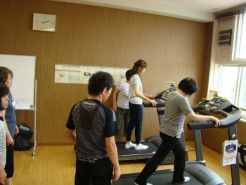 写真:トレーニングマシンの使い方風景2