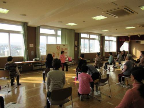 写真:サークル体験講習リンパストレッチ体操